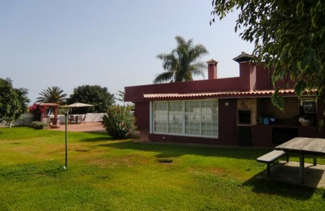 Blick auf die Villa und Terrasse vom Garten