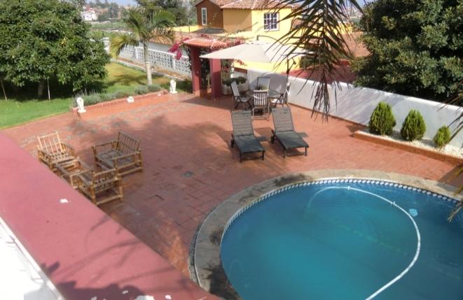 Terrasse mit Liegestühlen und rundem Pool