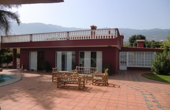 Außenansicht der Villa mit Terrasse