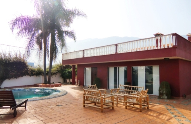 Besondere Villa mit Pool, Terrasse und Gästeapartment in Stadtnähe
