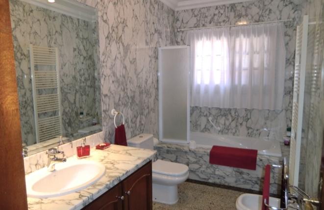 Weiteres Bad mit Badewanne, WC und Bidet