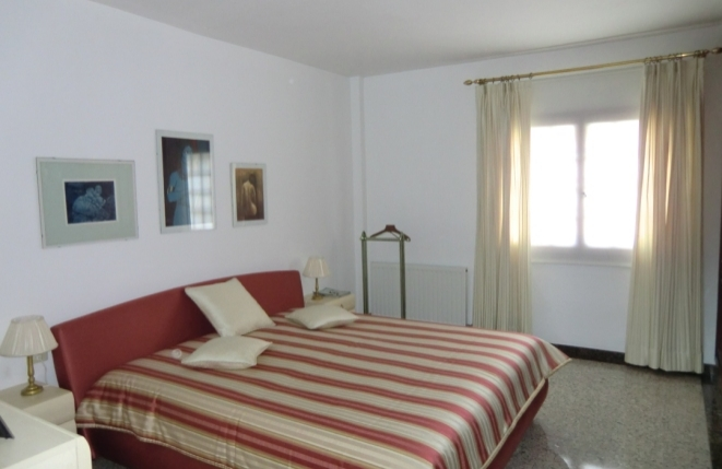 Helles Schlafzimmer mit großem Bett