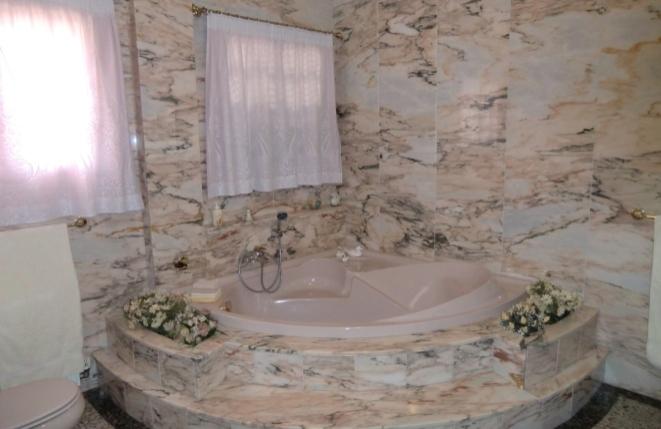 Stilvolle Eckbadewanne im Badezimmer