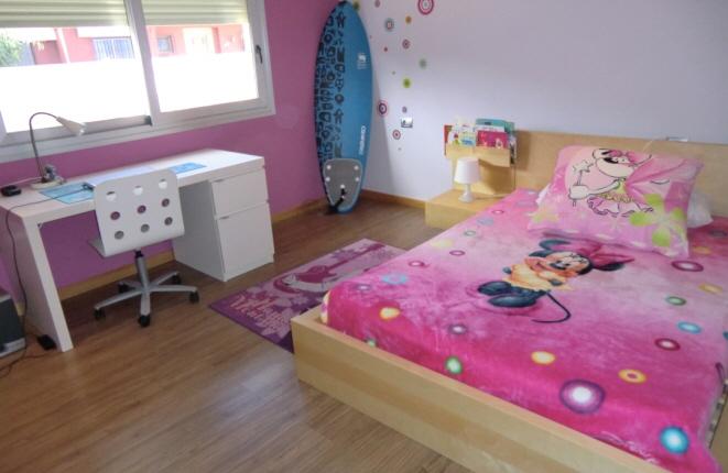 Drittes Schlafzimmer mit größerem Bett