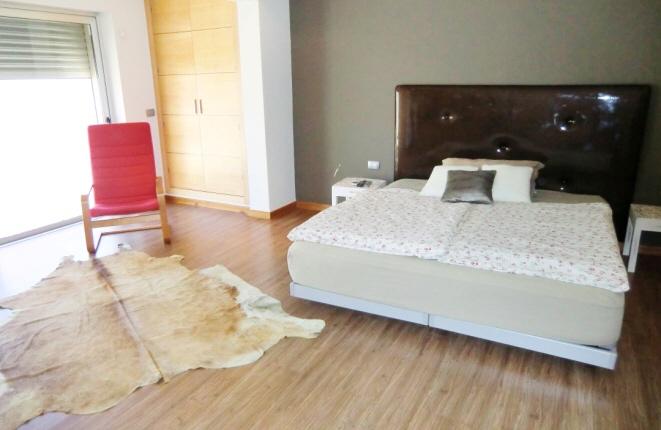 Geräumiges Hauptschlafzimmer mit begehbarem Kleiderschrank