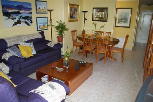 Breites Wohnzimmer mit viel Raum