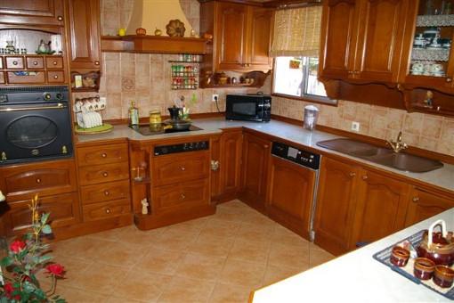 Geräumige, komplett ausgestattete Küche