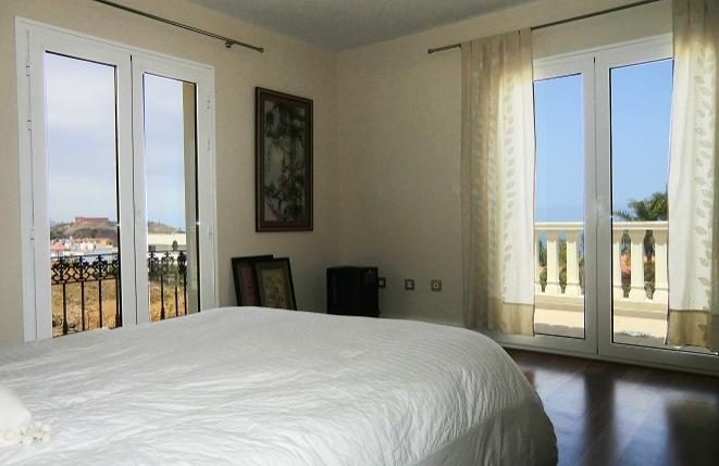 Schlafzimmer mit Meerblick und Zugang zum Balkon