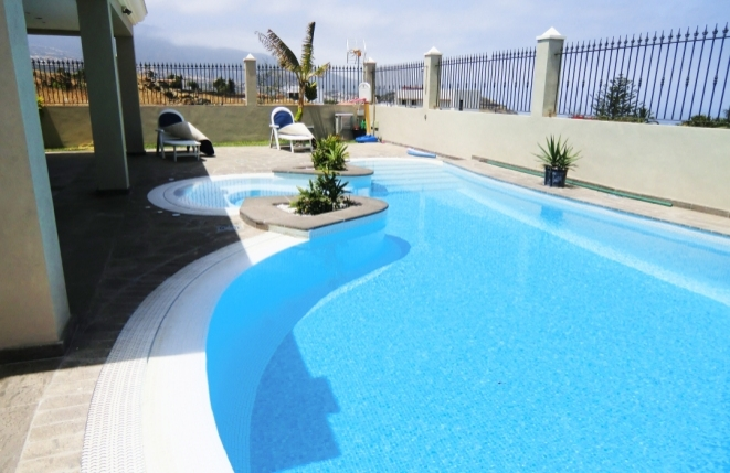 Neu angelegter Pool im Terrassenbereich
