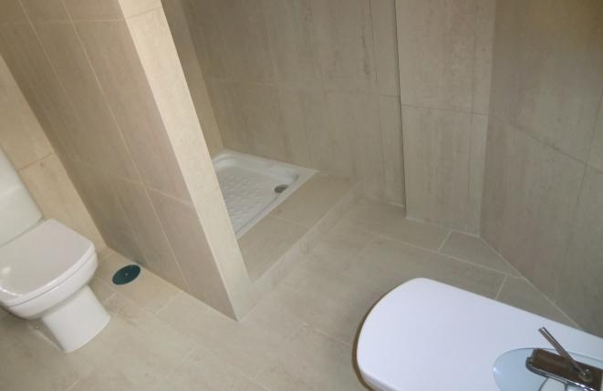 Modernes Bad mit Dusche, Bidett und WC