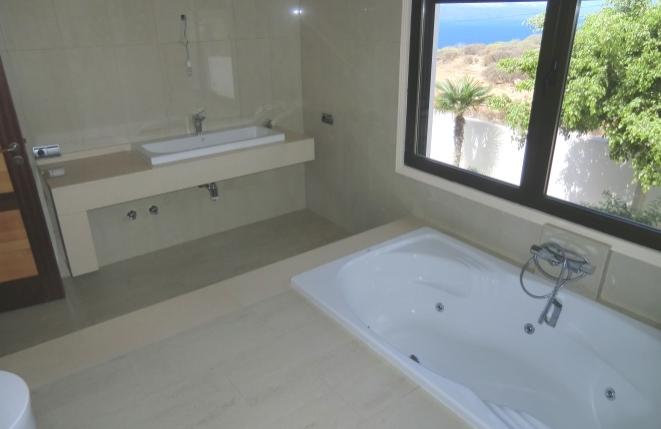 Badezimmer mit Luxusbadewanne