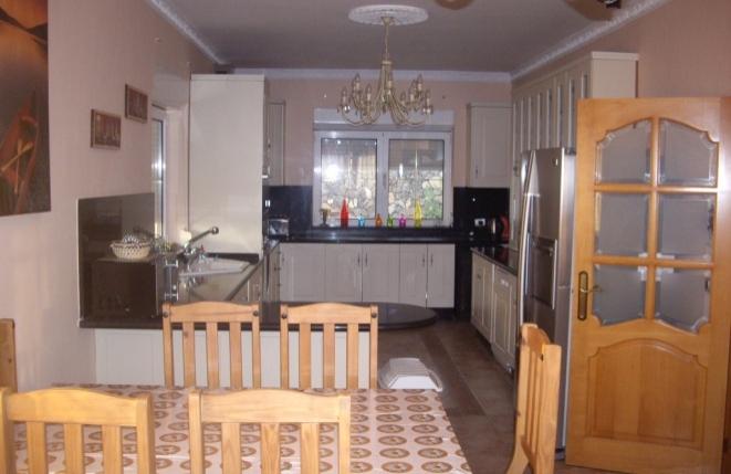 Moderne voll ausgestattete Küche