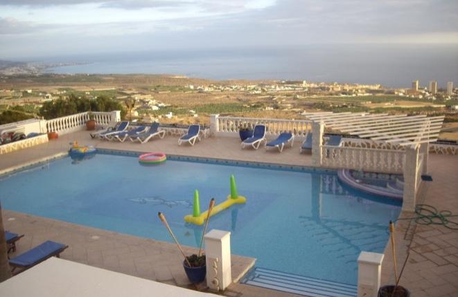 Großzügiger Swimmingpool mit eigener Poolbar