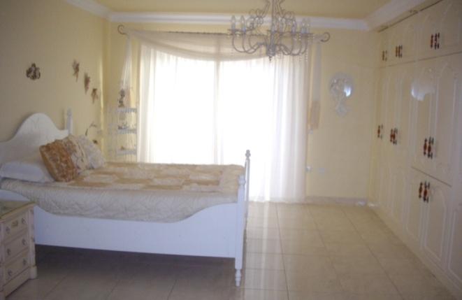 Helles Schlafzimmer mit Einbauschrankwand