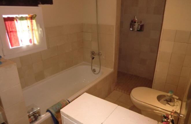 Helles Badezimmer mit Dusche und Badewanne