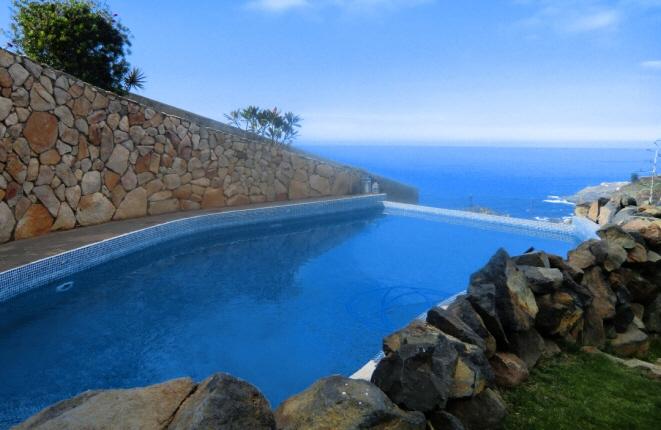 Großer Pool mit traumhaftem Meerblick