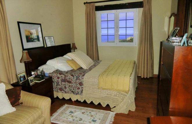 Stilvolles und helles Schlafzimmer mit Meerblick