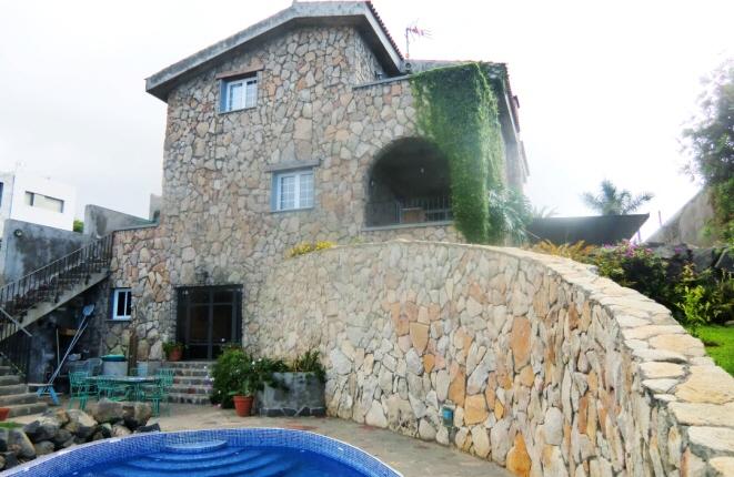 Wunderschönes und effizientes Familienhaus direkt an der Küste mit eigenem Pool
