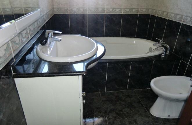Elegantes Badezimmer mit Badewanne
