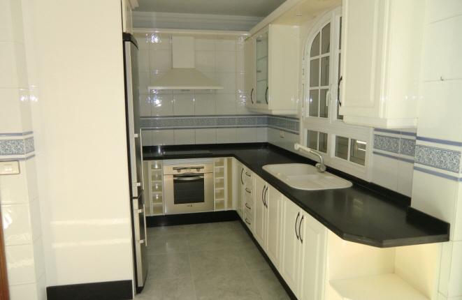 Stilvolle, voll ausgestattete Küche