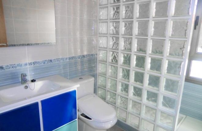 Weiteres Bad mit selbstreinigender Toilette und Regendusche