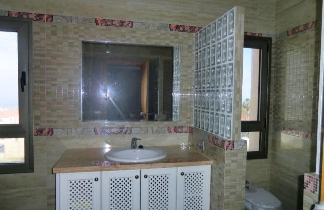 Großes Bad mit Regendusche, Toilette und Bidet