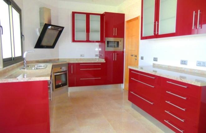 Große und stilvolle Küche