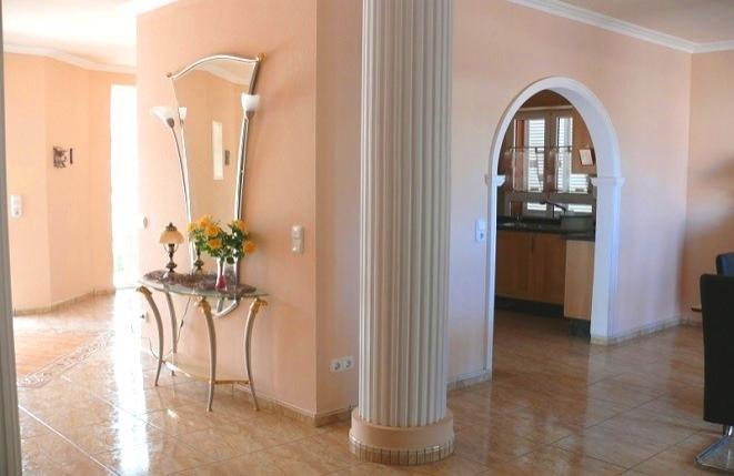 Heller, offener Wohnbereich mit dekorativen Säulen