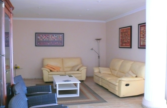 Geräumiges Wohnzimmer mit hellen Sofas