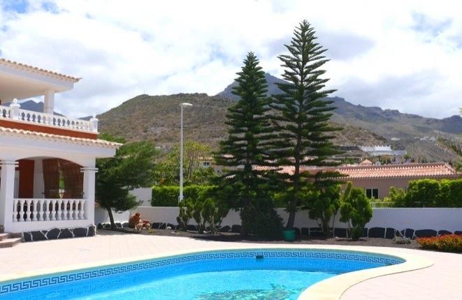 Blick auf den Pool und das Gebirge