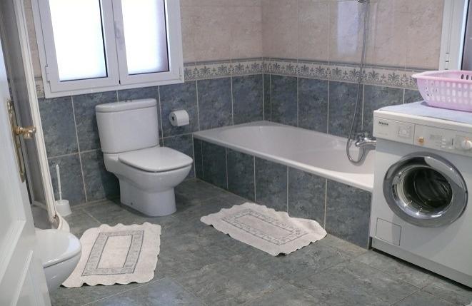 Gepflegtes Badezimmer mit Badewanne