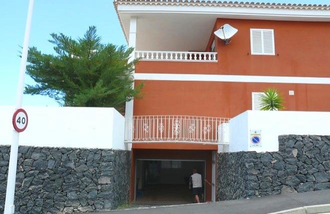Tiefgarage der Villa umgeben von geordneter Steinmauer