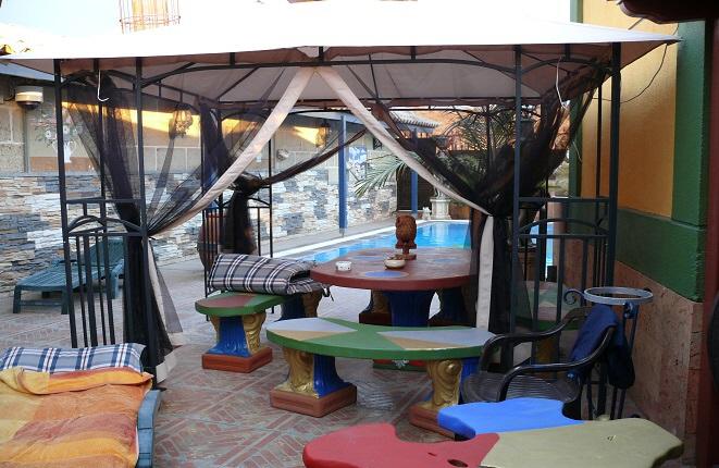 Der Außenbereich mit Pool und Sitzmöglichkeiten