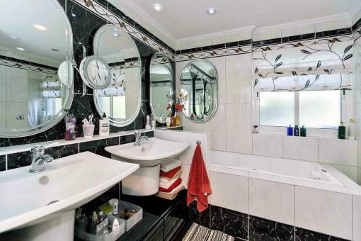 Das elegante Badezimmer mit angenehmer Länge