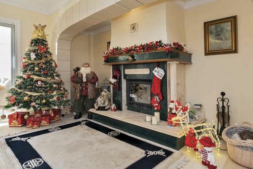 Blick auf das Wohnzimmer mit einem traditionellen Kamin