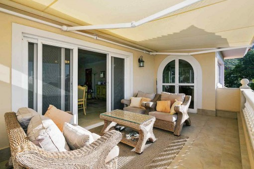 Wunderschöne Terrasse mit Sitzgelegenheiten