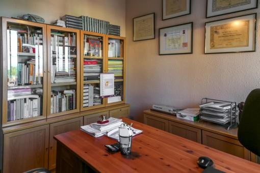 Arbeitszimmer mit großem Schreibtisch