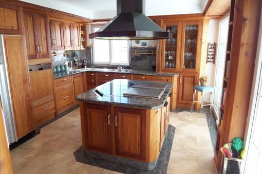 Voll ausgestattete edle Küche in unbehandeltem Eichenholz