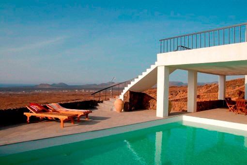 Der Pool und die unberührte Landschaft im Hintergrund