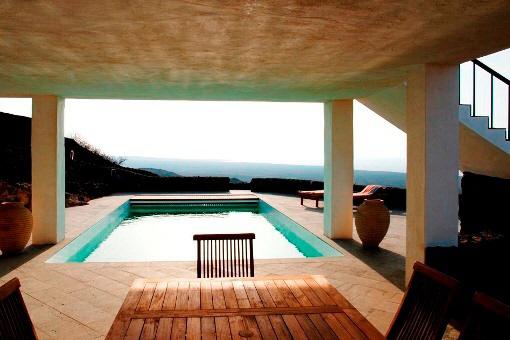 Der Pool und die teilweise überdachte Terrasse