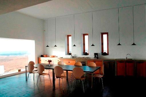 Die große Küche mit Panoramafenster und Meerblick
