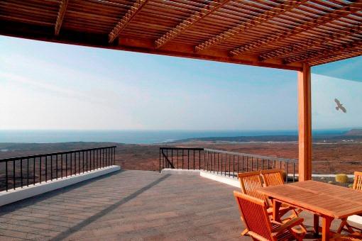Die große Terrasse mit atemberaubendem Blick auf das Meer