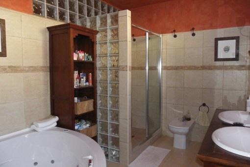Großzügiges Badezimmer mit Dusche und Badewanne