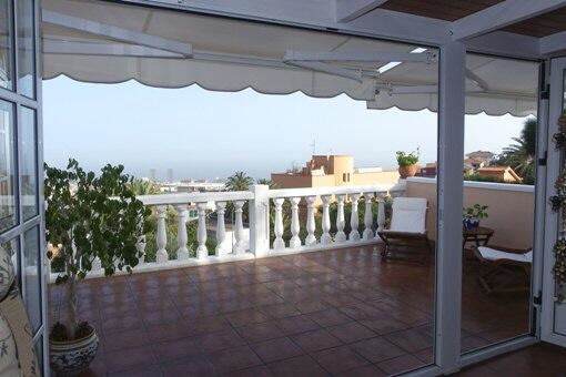 Große Terrasse mit dem Panorama aus Santa Cruz und Meer