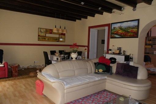 Wohn-, Esszimmer mit schöner Holzbalkendecke
