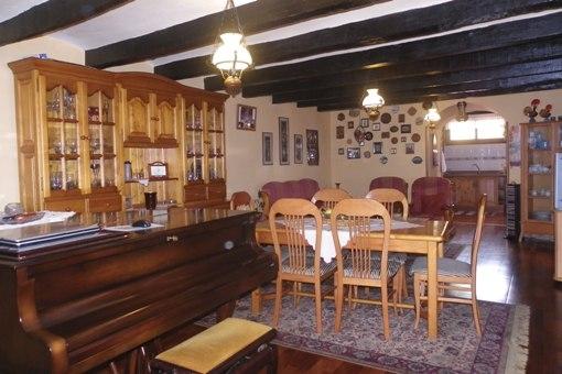 Wohn-, Esszimmer mit Durchgang zur Küche