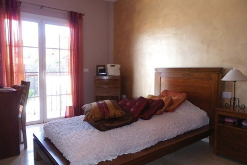 Ein weiteres Schlafzimmer mit Terrassentüren und Balkon