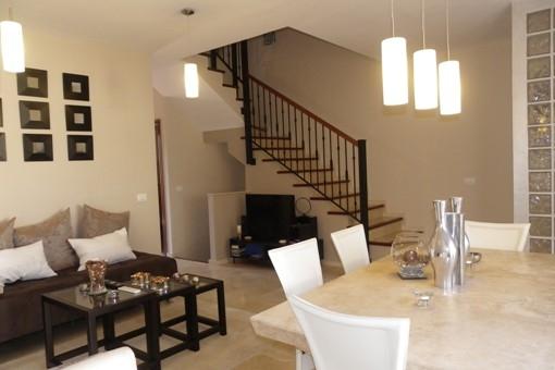 Wohnzimmer mit Marmorboden und Barbecue-Terrasse, Blick zum Korridor