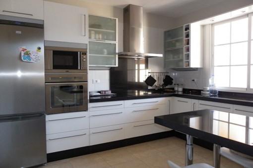 Einbauküche und Essbereich