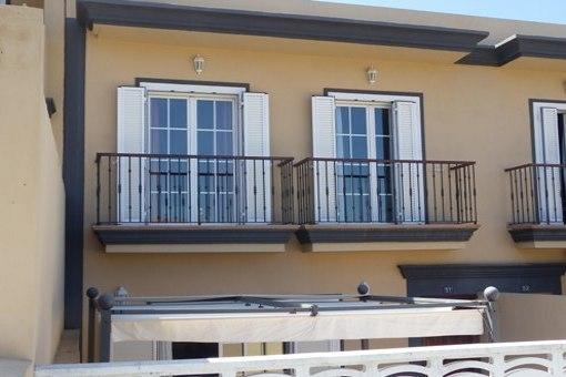 Die Eingangsseite mit sicht- und sonnengeschützter Terrasse